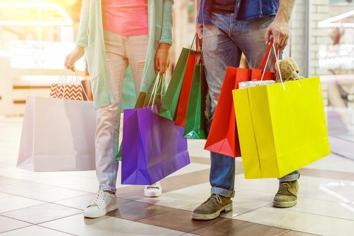 買い物する男女